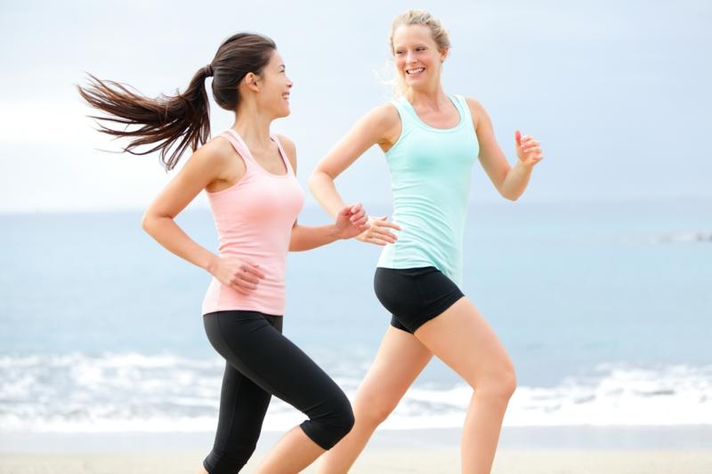 Joggen gehen am Strand frische Luft tanken Freundinnen