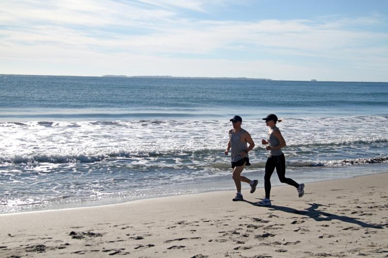 Joggen gehen frische Luft tanken Strand Sport treiben