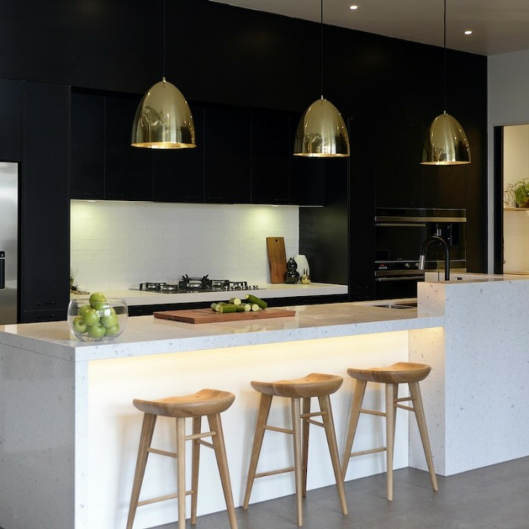 Küchendesign moderne Küchen Pendelleuchten Gold Holz Hocker Küchenbilder