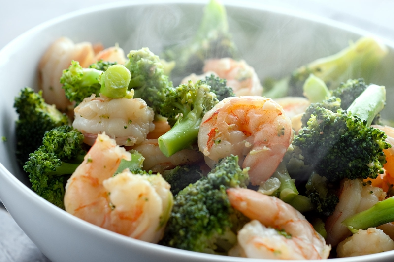 Kohlenhydratarme Ernährung Diät ohne Kohlenhydrate Brokkoli und Schrimps