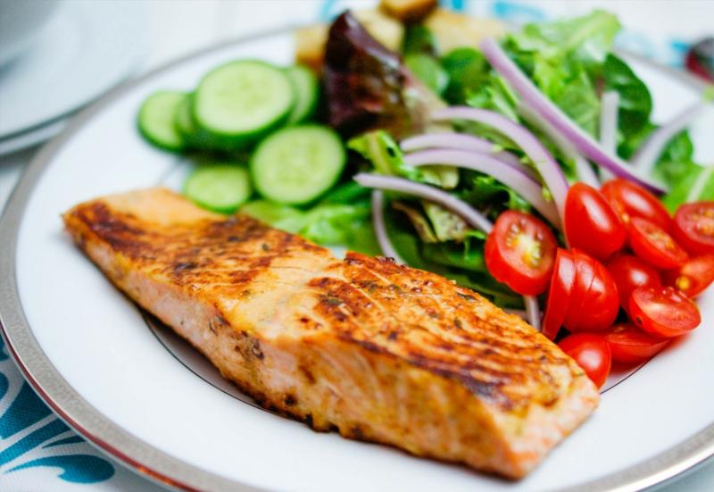Kohlenhydratarme Ernährung Diät ohne Kohlenhydrate Lachs mit frischem Salat