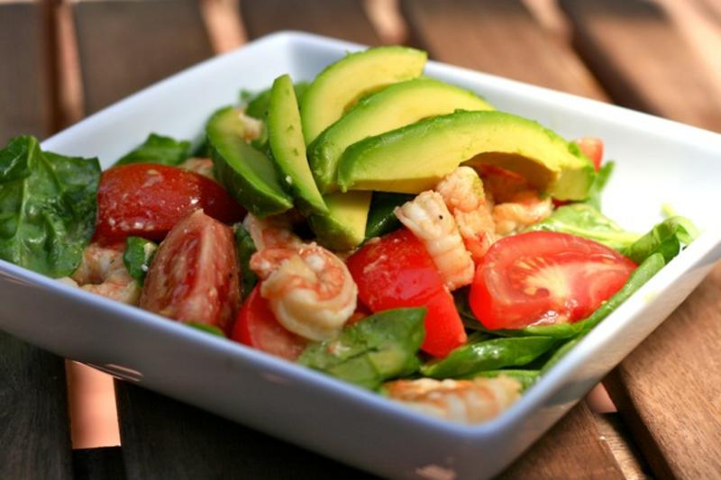 Kohlenhydratarme Ernährung Diät ohne Kohlenhydrate Salat mit Avocado und Schrimps
