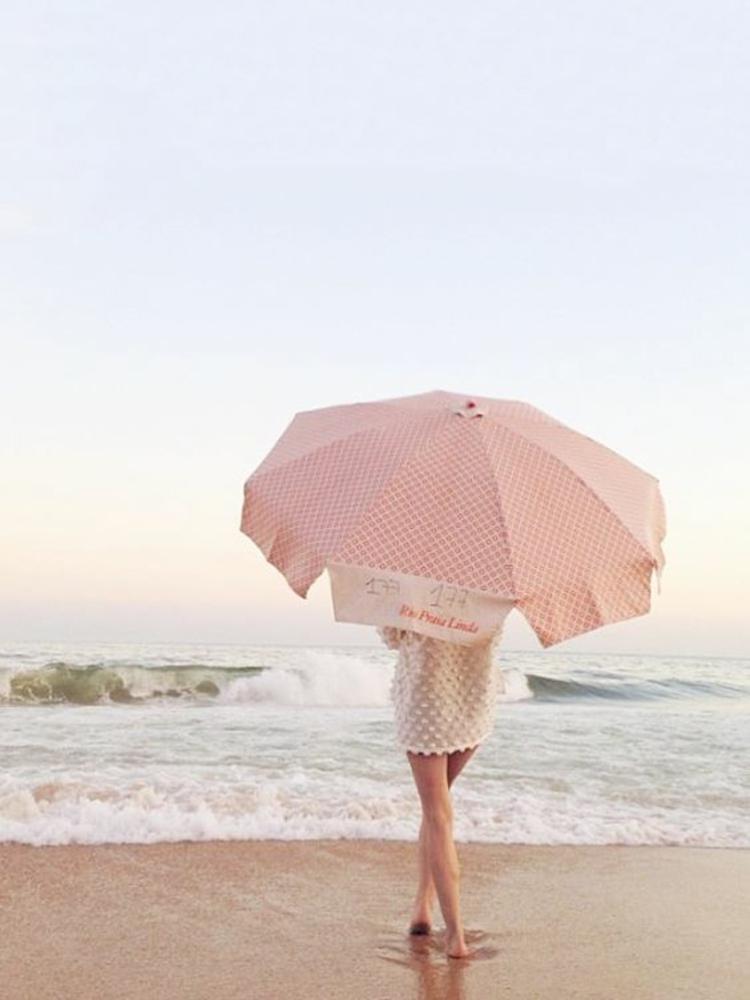Sonnenschirme Frau am Strand mit Sonnenschirm