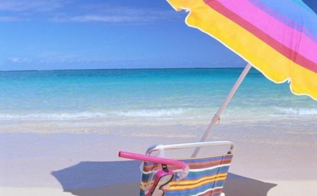 Sonnenschirme-Klappmöbel-für-den-Meerurlaub-Sonnenscirm-und-Stuhl