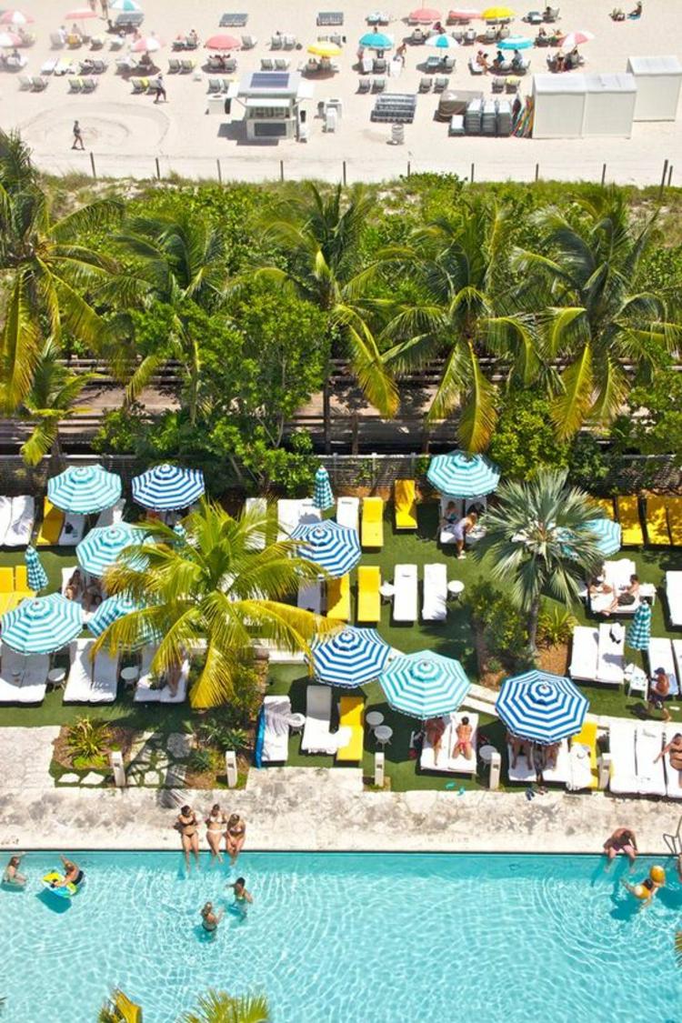 Sonnenschirme am Pool Sonnenliegen Sommerurlaub Sonnenschutz