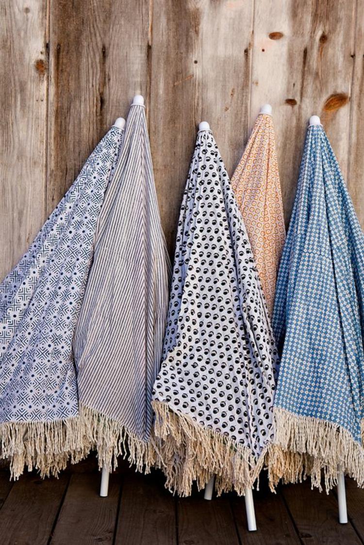 Sonnenschirme verschiedene Farben und Muster blau gepunktet