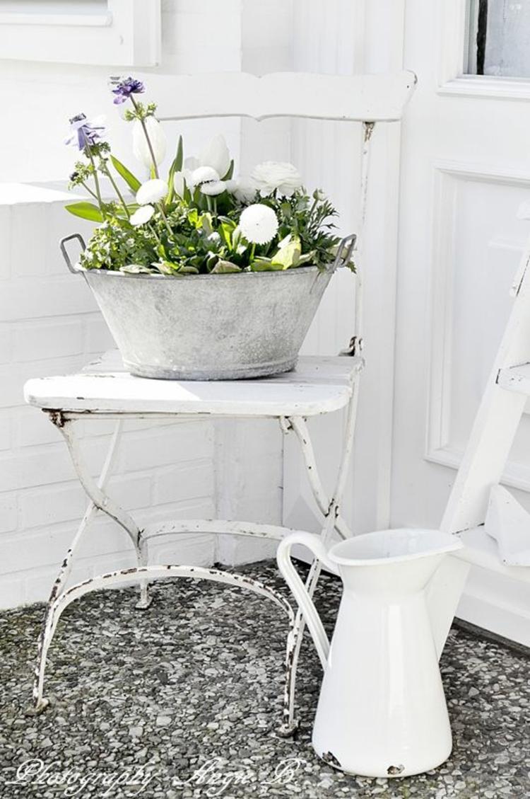 Vorgartengestaltung Vintage Stil Gartenmöbel Tisch Kübelpflanze