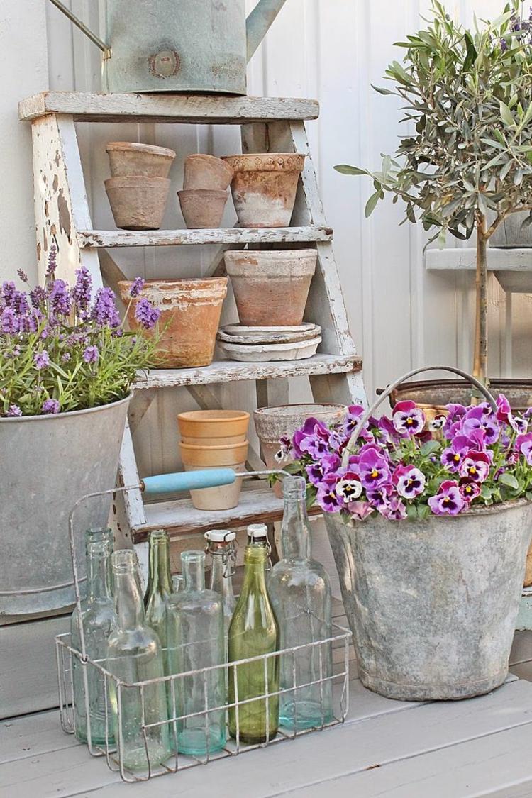 Vorgartengestaltung Vintage Stil Gartenmöbel Tontöpfe Gläser