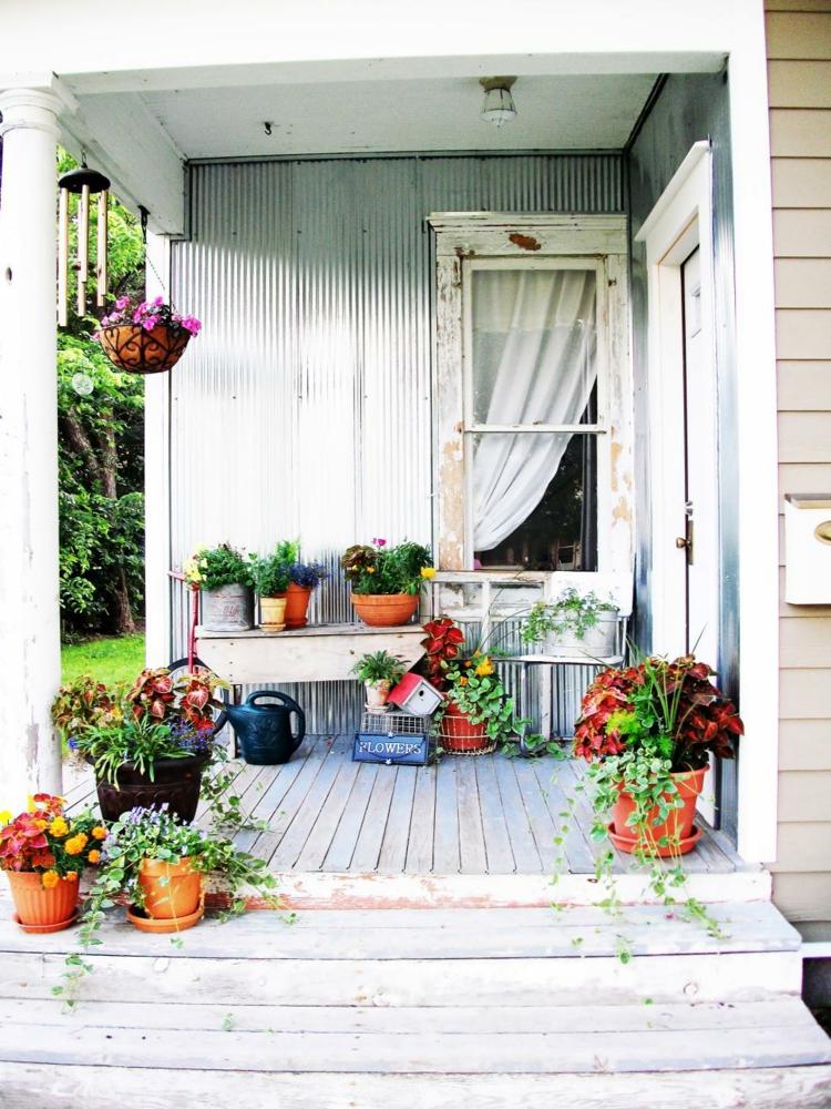 Vorgartengestaltung Vintage Stil Holzveranda Topfpflanzen