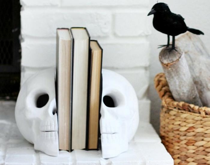 bücherregal bücherstützen weißer schädel halloween dekoration