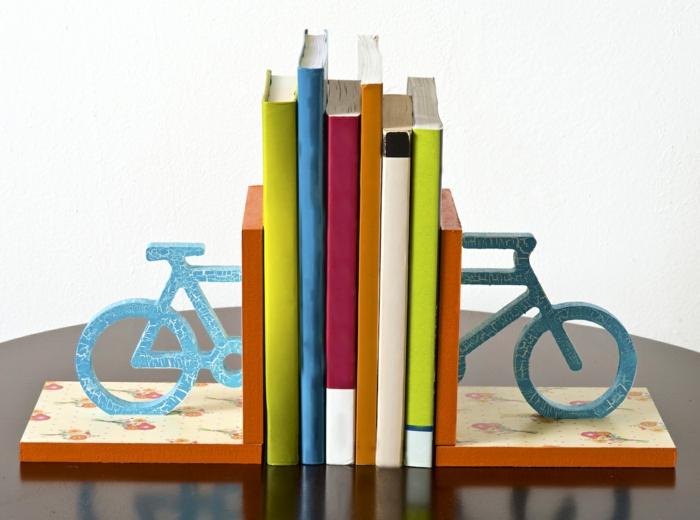 bücherregal buchstützen blaues fahrrad holz