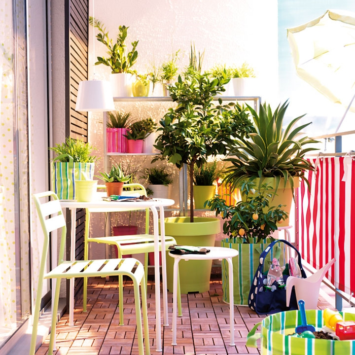 balkon gestalten balkonpflanzen blumentopf stühle beistelltisch frische farben