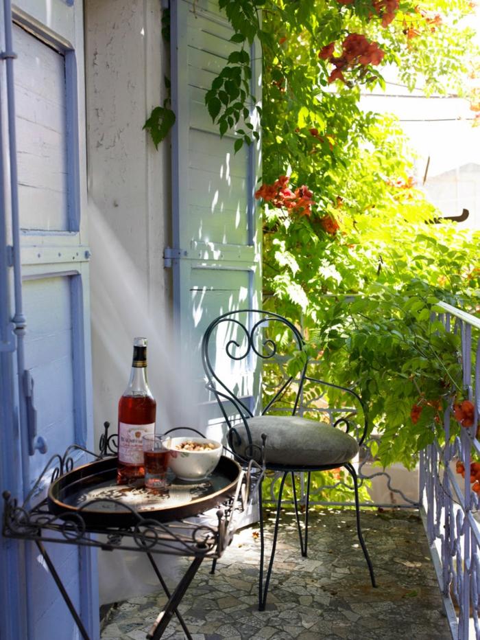 balkon gestalten balkonmöbel balkonpflanzen schmiedeeisen stuhl beistelltisch