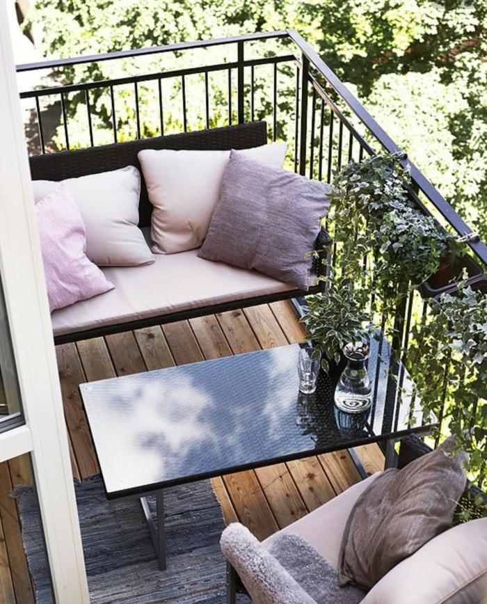 balkon gestalten balkonmöbel balkonpflanzen kletterpflanzen sofa sessel tisch kissen pastellfarben
