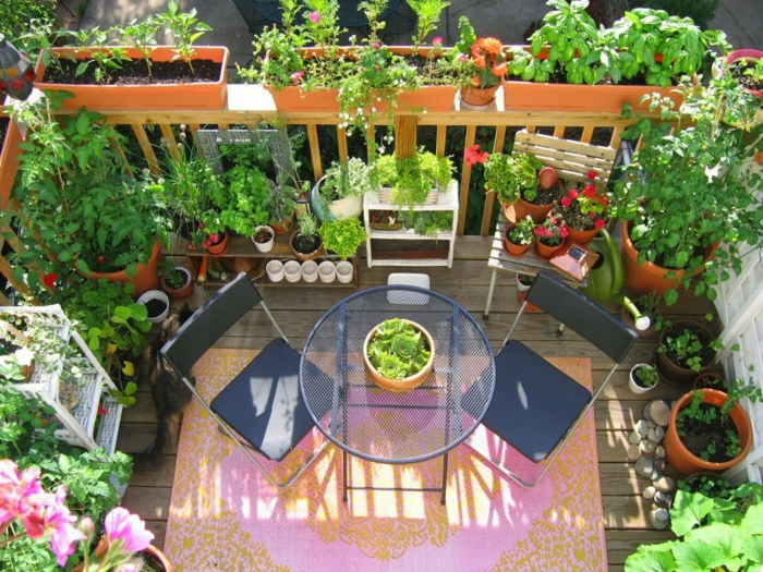 balkon gestalten balkonmöbel balkonpflanzen kräuter metallener tisch stühle