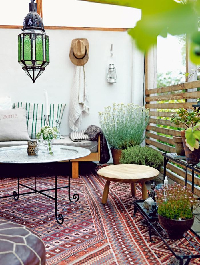 balkon gestalten balkonmöbel balkonpflanzen orientalisch metallene laterne