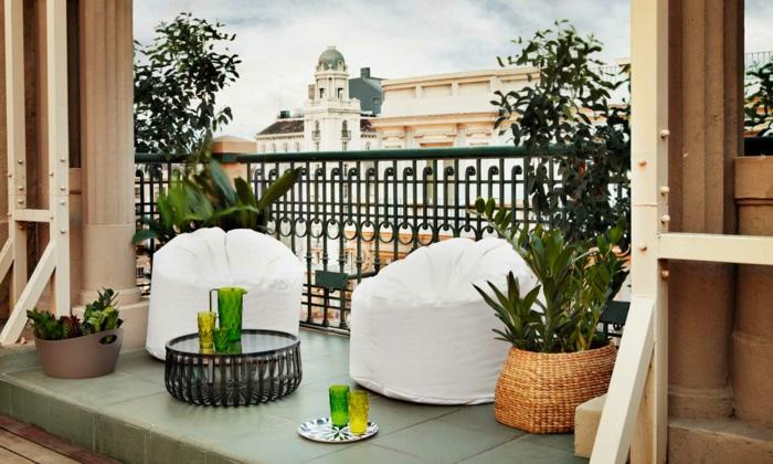 balkon gestalten balkonmöbel beistelltisch metall balkonpflanzen stoffsessel