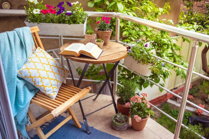 balkon gestalten balkonmöbel holz klappmöbel blumentöpfe balkonpflanzen