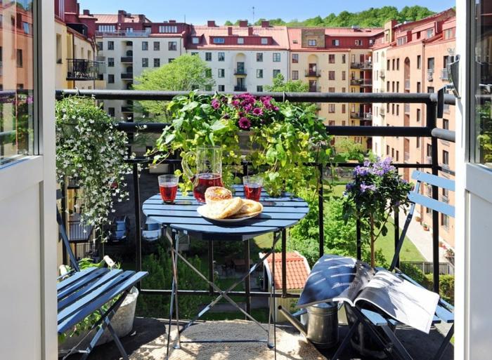 balkon gestalten balkonmöbel holz metall klapptisch stühle kräuter balkonpflanzen