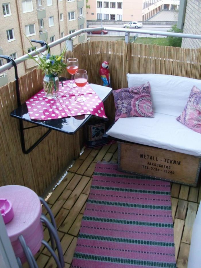 balkon gestalten balkonmöbel holzkiste sofa teppichläufer minitisch sichtschutz stroh