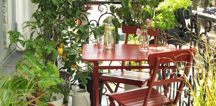 balkon gestalten balkonmöbel holzstühle tisch balkonpflanzen kräuter