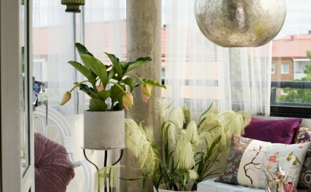 balkon-gestalten-balkonmöbel-orientalisch-pendelleuchte-laternen-runder-tisch-sofa-kissen
