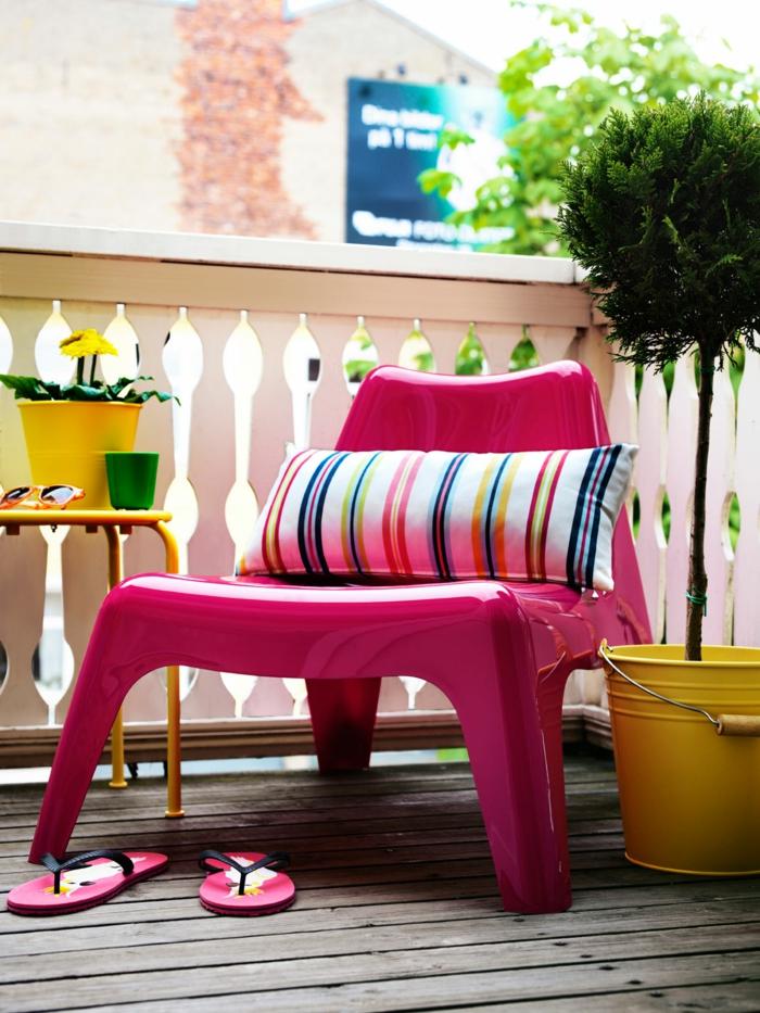 balkon gestalten balkonmöbel pink sessel plastik blech blumentöpfe gelb