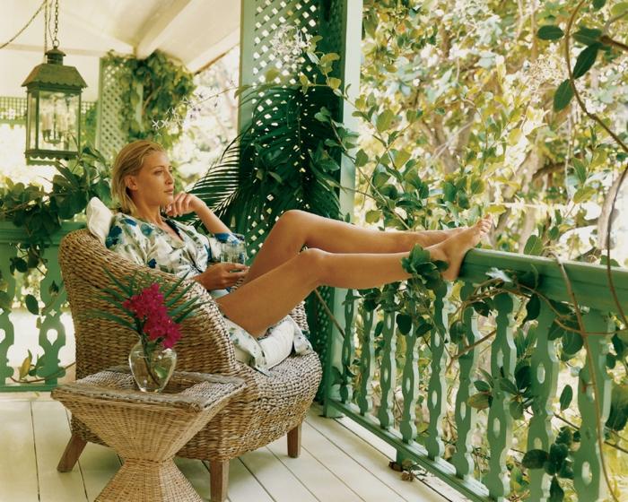 balkon gestalten balkonmöbel rattanmöbel sessel beistelltisch kletterpflanzen metallene laterne