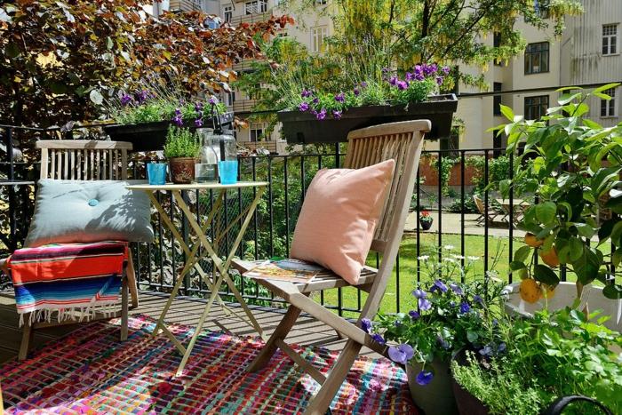 balkon gestalten balkonmöbel runder beistelltisch klappstühle teppich balkonpflanzen