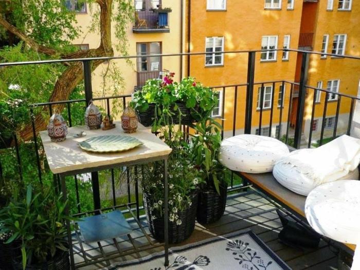 balkon gestalten balkonmöbel tisch laternen sofa sitzkissen teppich