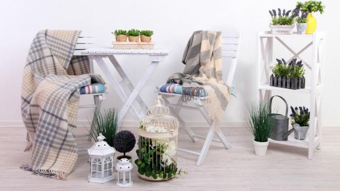 balkon gestalten weiß klapptisch stühle holz regale blumenständer