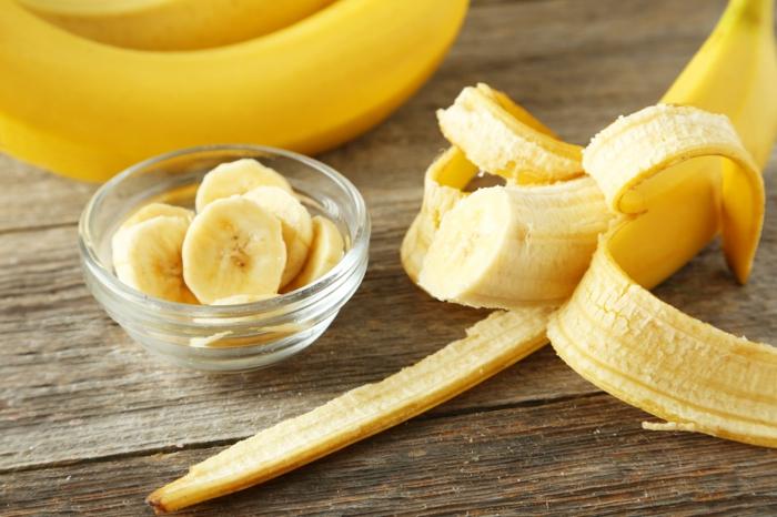 bananen gesund ganzes bild voll bananenschale stücke