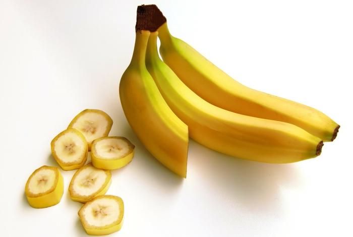 bananen gesund ganzes bild voll bananenschale stücke scheiben