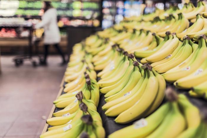 bananen gesund ganzes bild voll bananenschale stücke supermarkt