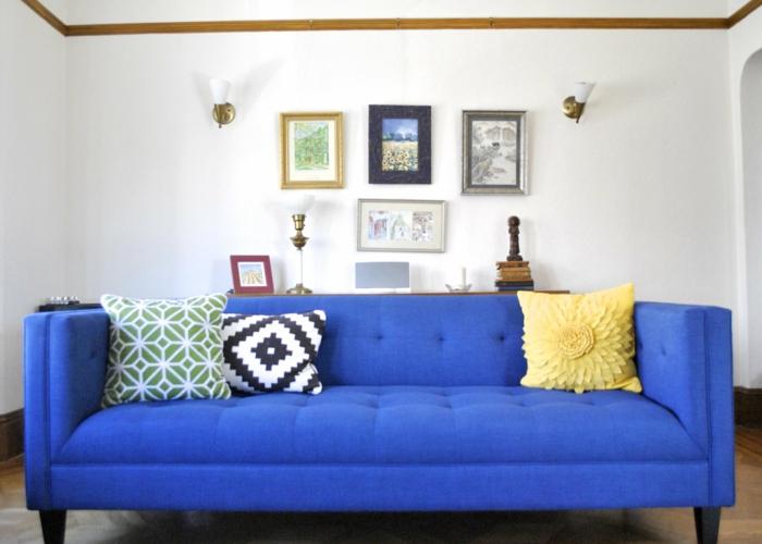 blaues sofa dekokissen dekoideen weiße wände