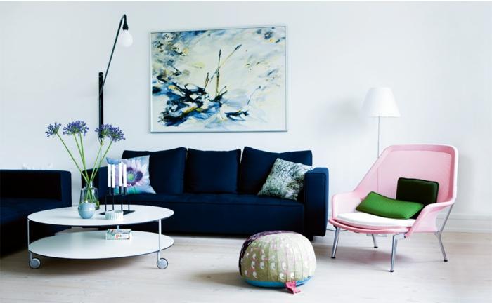 blaues sofa dunkelblau hellrosa sessel weiße wände kerzen blumen