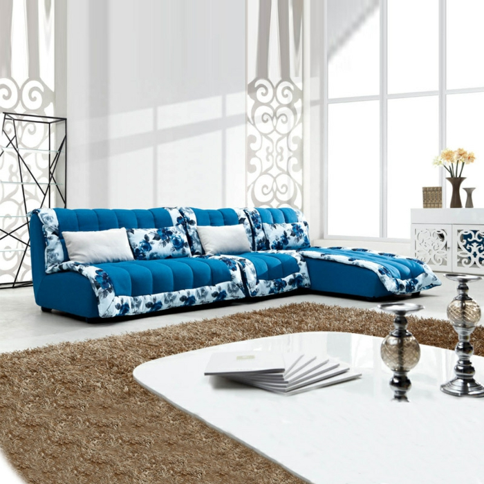 Blaues Sofa Florale Ornamente Minimalistischer Couchtisch Beiger Teppich