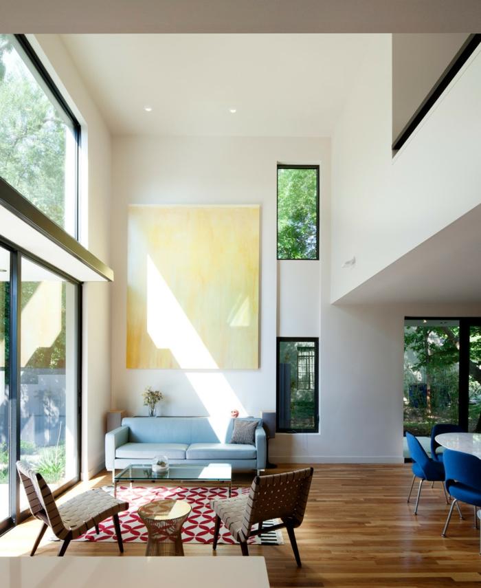 blaues sofa hellblau teppich muster rot weiß offener wohnplan