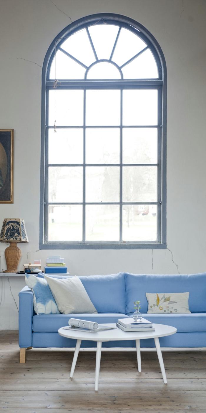 blaues sofa hellblau weiße wände hölzerner bodenbelag
