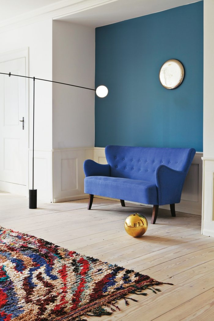 Blaues Sofa Retro Look Farbiger Teppich Holzteppich