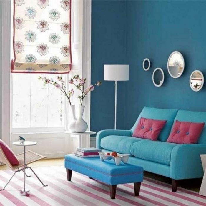 blaues sofa streifenteppich raffrollo blumen