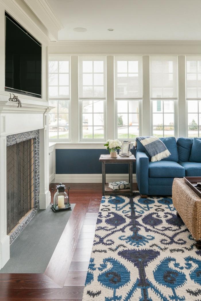 Elegant Blaues Sofa Teppich Stilvoll Floral Kamin