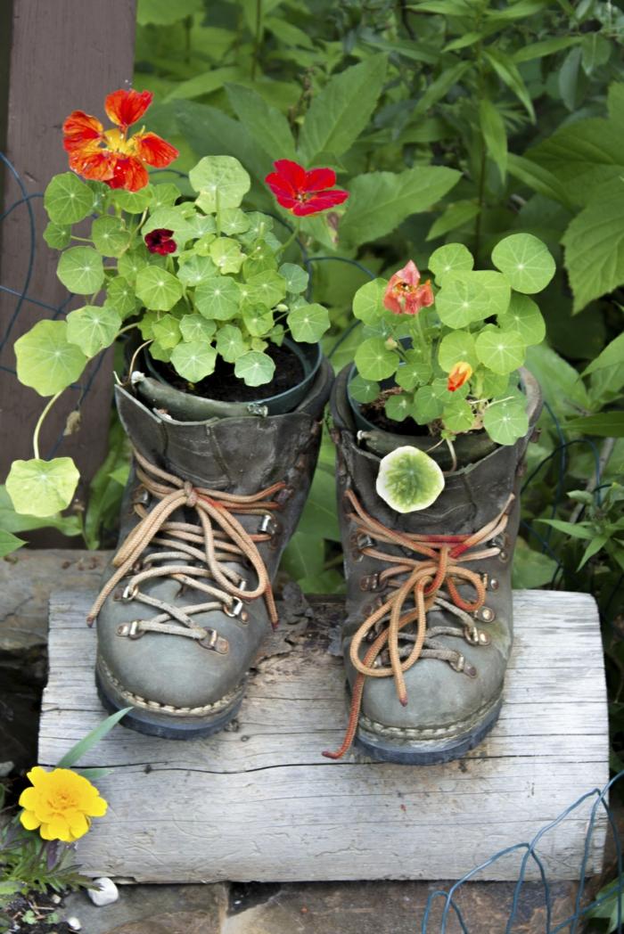 deko ideen selbermachen garten pflanzen alte schuhe pflanzenbehälter