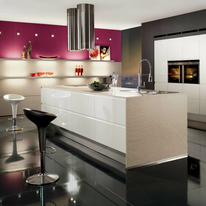 design küchen beleuchtung akzente schwarzer boden weiße kücheninsel deko accessoires