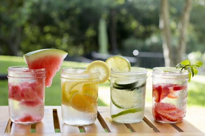 detox kur sommer entgiftung brunch wasser obst früchte zitrone gurken wassermelone erdbeeren gartenparty