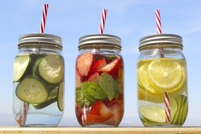 detox kur sommer entgiftung entschlackung gurkenwasser zitrone erdbeeren minze