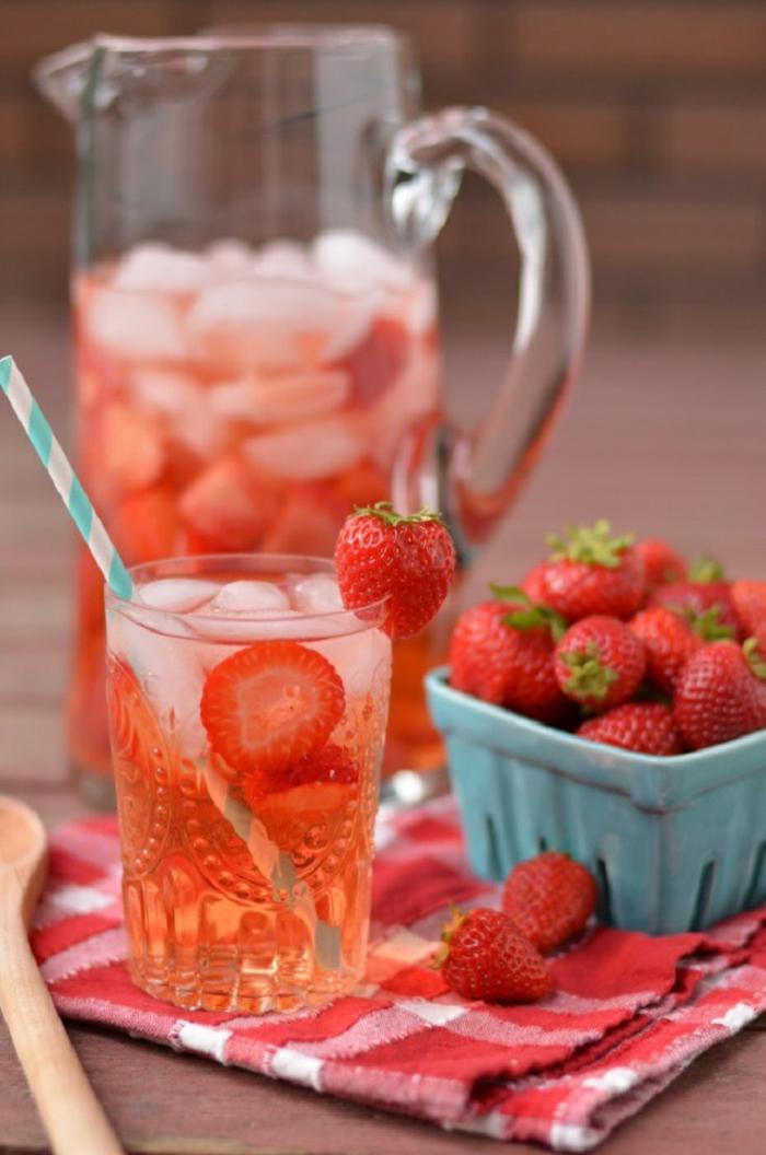 detox kur sommer entgiftung getränk erdbeeren wasser