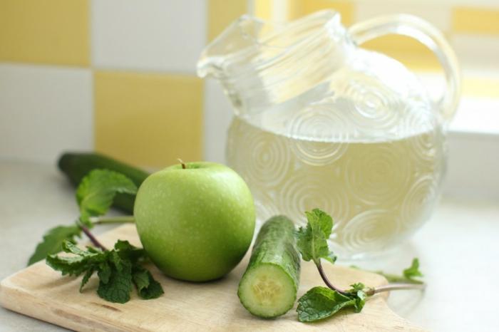 detox kur sommer entgiftung getränke gesund grüne äpfel gurken frische minze