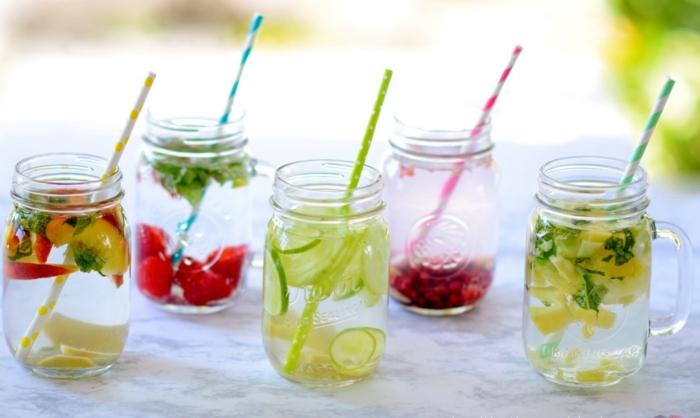 detox kur sommer entgiftung getränke wasser früchte gurken gartenparty