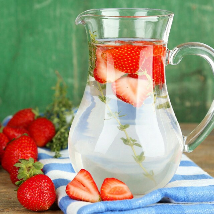 detox kur sommer getränk erdbeeren frische minze
